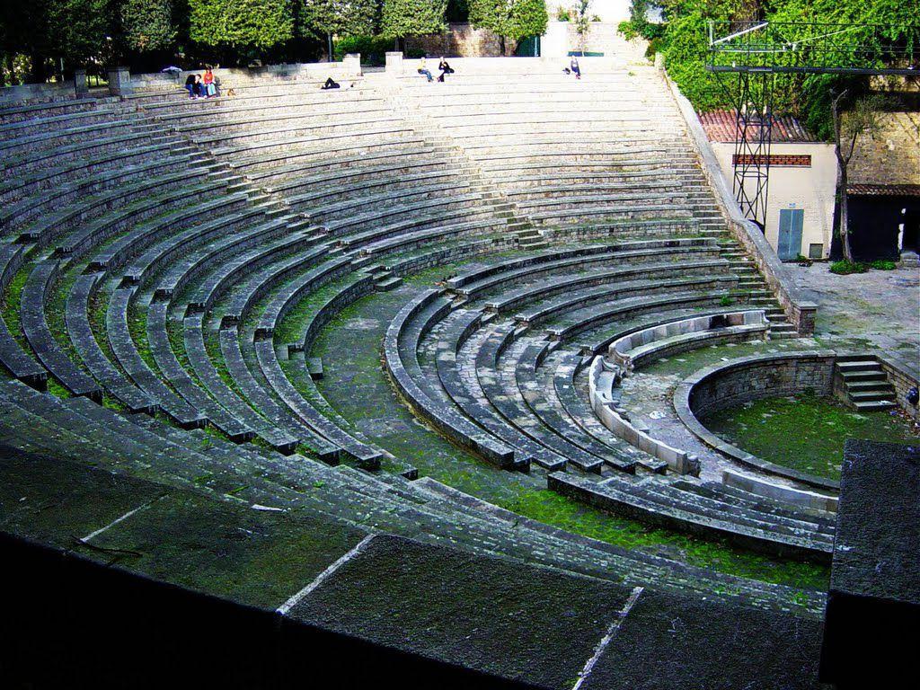 Неподалеку от замка Монтжуик была построена современная достопримечательность в греческом стиле – амфитеатр