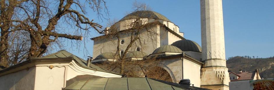 Далее пошел в сторону торгового центра BBI и по пути восхищался архитектурой мечети Гази Хусрев-бега и собора Святейшего Сердца Иисуса