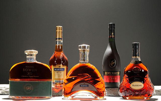 Коньяк достаточно крепкий алкогольный напиток и изготавливают его по специальной технологии из специальных сортов винограда