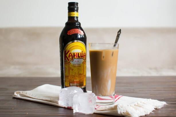 Kahlua один из самых популярных брендов кофейного ликера , его родина Мексика в его основе кофе сорта Арабика так же в этот напиток добавляют мексиканский ром и немного ванили что дает этому алкогольному напитку свой неповторимый вкус