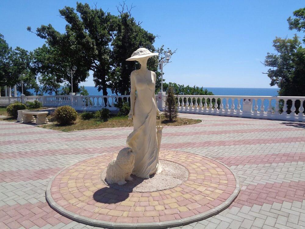 Основная набережная Геленджика давно превратилась в его главную достопримечательность и стала любимым местом отдыха как местных жителей, так и отдыхающих