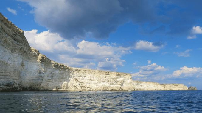 В Западном Крыму пгт Черноморское — один из самых популярных прибрежных поселков, который выбирают за песчаные пляжи