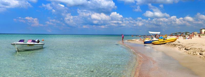 Центральный пляж в Поповке в Крыму один из самых хорошо оборудованных в этой части полуострова – здесь есть и раздевалки, и навесы, можно взять напрокат зонты и шезлонги
