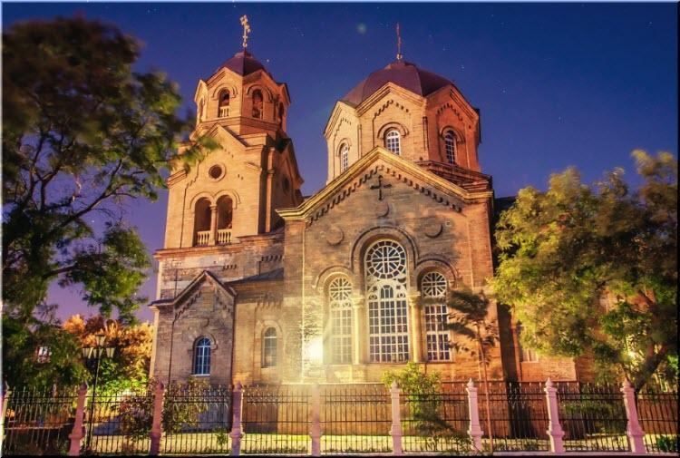 Храм был основан в 1894 году и построен за 9 лет. Это один из основополагающих духовных объектов города, который очень сильно пострадал во время войн, но был полностью восстановлен в 1990 году.