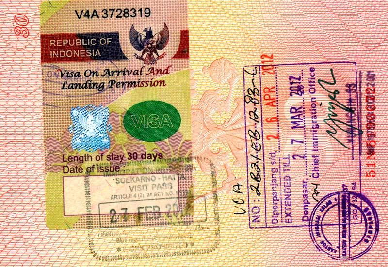 Помимо заявления на получение вида на жительства требуется предоставить еще ряд документов. Все бумаги надо перевести на индонезийский язык и заверить у нотариуса.