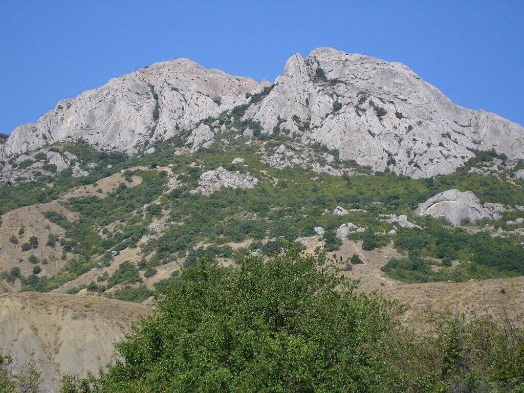 Величественный горный хребет, название которого переводится как «Козья Гора» надежно защищает Курортное от пронизывающих ветров