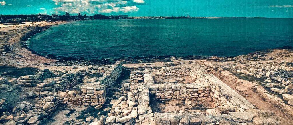 Древний город является неотъемлемой частью истории Черноморского – раскопки здесь ведутся до сих пор, а по прогнозам археологов общая площадь античной территории составит не менее 4 гектар