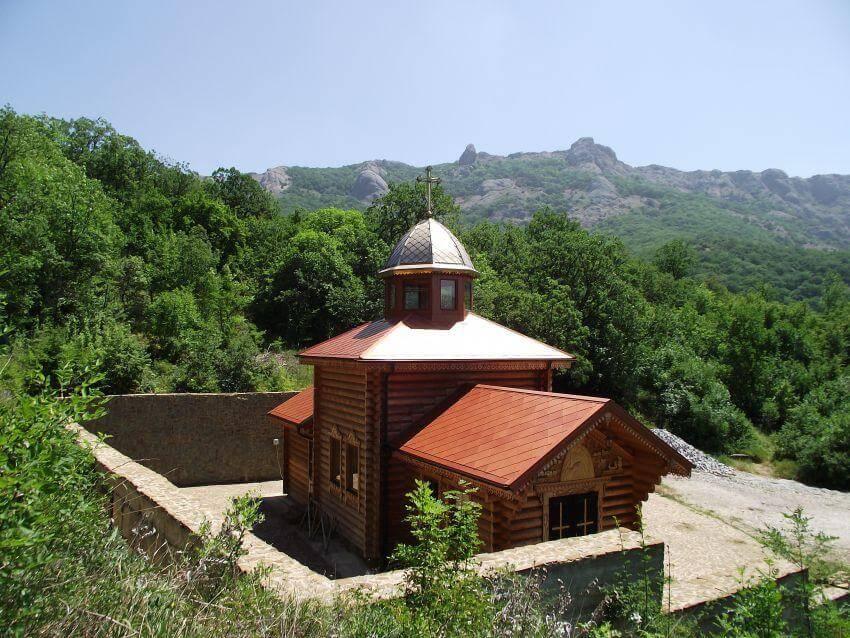 В 14 км на северо-запад от Курортного находится Кизилташский Свято-Стефано Сурожский мужской монастырь, основанный еще в 1856 году