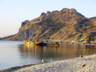 Один из самых популярных курортов – Коктебель в Крыму – это поселок городского типа, расположившийся на побережье одноименного залива