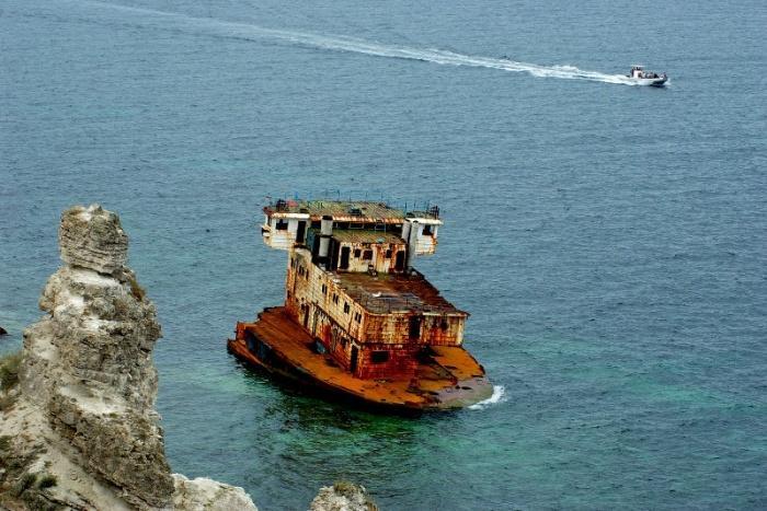 Особое внимание заслуживает и корабль «Сириус», который несколько десятков лет назад сел в этом месте на мель и с тех пор остался призраком бухты и неизменным атрибутом заповедной зоны.