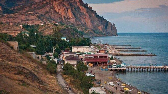 Мягкий климат, удаленность от шумных и масштабных туристических центров, живописные ландшафты – все это описание одного и того же места с говорящим названием поселок Курортное в Крыму.