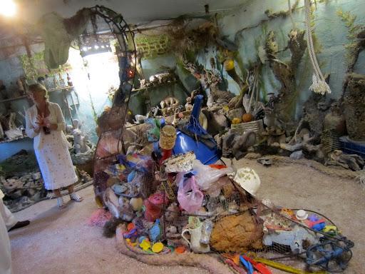 Экспозиция включает в себя предметы, которые долгое время пролежали на морском дне, а затем были выловлены или выброшены штормом на берег
