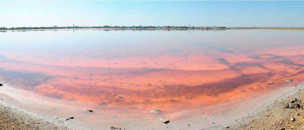 Минеральное озеро с голубой глиной помогает в лечении различных заболеваний