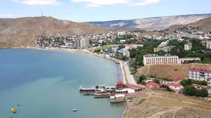 Населенный пункт Орджоникидзе в Крыму – одно из частых курортных направлений для туристов, предпочитающих сказочное сочетание морского простора и величественных скал