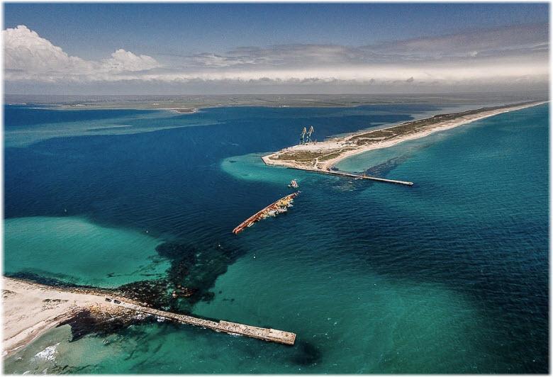 Самое большое и глубокое озеро на Крымском полуострове имеет историческое значение – в неспокойное время здесь располагалась Крымская военная база Черноморского флота.