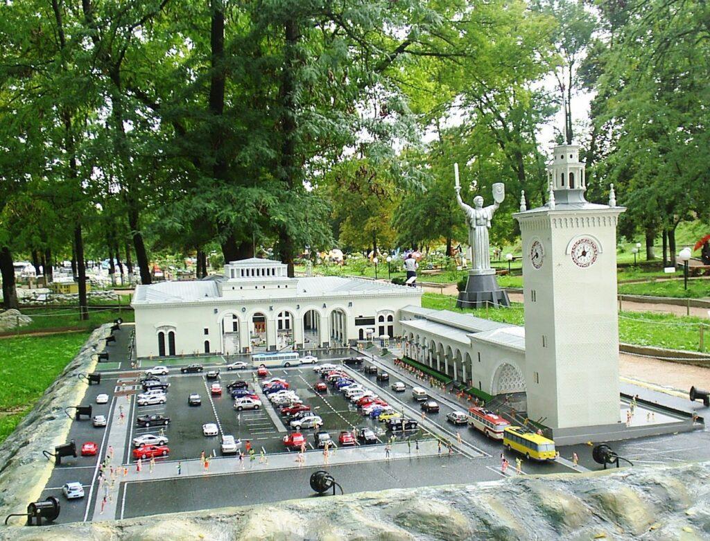 Если ненадолго прерывать отдых в Николаевке и съездить в Бахчисарай, расположенный на расстоянии 25км, можно посетить парк миниатюр. Здесь в мини-формате представлено множество архитектурных достопримечательностей местного и мирового масштаба