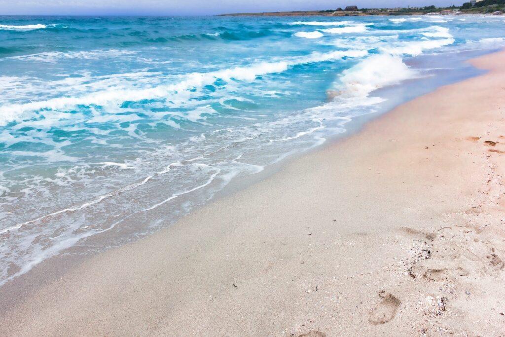 Отдельных пляжей в Оленевке в Крыму нет. Но традиционно самой оборудованной для отдыха считается прибрежная полоса около центра поселения. Местные называют этот песчаный пляж «Майами»