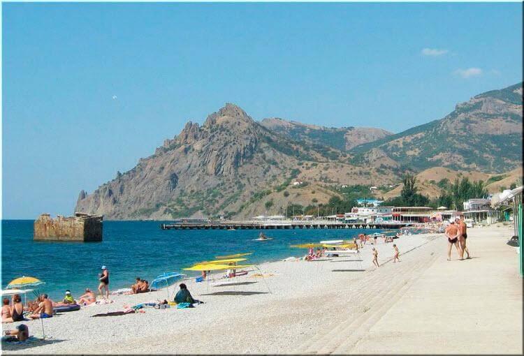 Пляжи Курортного в Крыму разделены волнорезами. С высоты птичьего полета это деление явно видно, а когда находишься на берегу моря, то все они сливаются в единую линию и плавно перетекают из одного в другой.
