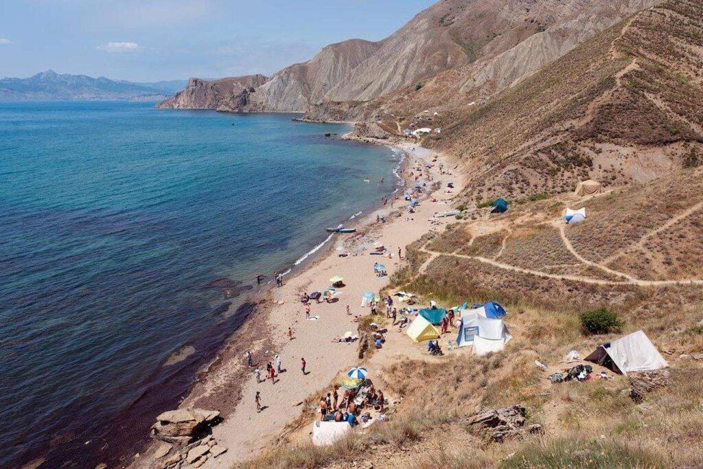Поскольку мыс Киик-Атлама с трех сторон окружен морем, не удивительно, что пляжи Орджоникидзе в Крыму пользуются популярностью у отдыхающих.
