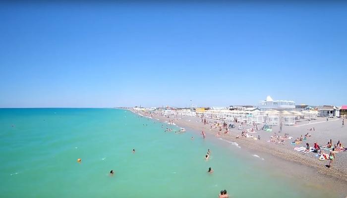 Пляжи в Новофедоровке в Крыму не имеют четких границ – единая береговая линия простирается на несколько километров в длину и на десятки метров в ширину