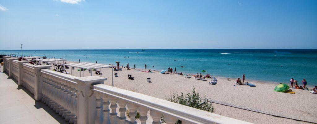 Пляжи в Штормовое в Крыму не имеют ярко выраженного деления. Здесь единая береговая линия шириной до 50 метров