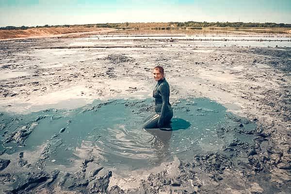 Давно стали местом паломничества людей, приезжающих сюда ради оздоровления. По целительным свойствам грязи Кызыл-Ярского и Сакского озер признаны лучшими на всем Крымском полуострове.
