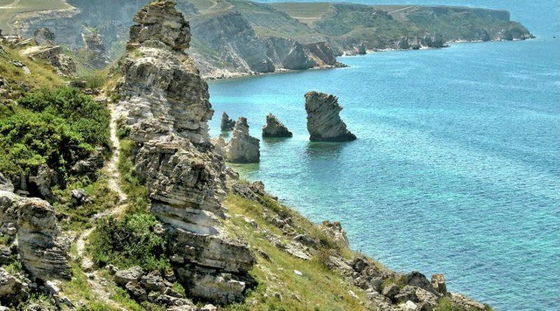 Заповедная зона расположилась примерно в 30 км от Черноморского, если двигаться по западному побережью