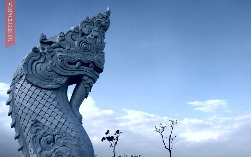 К статуи ведет огромная лестница с которой открывается вид на остров.