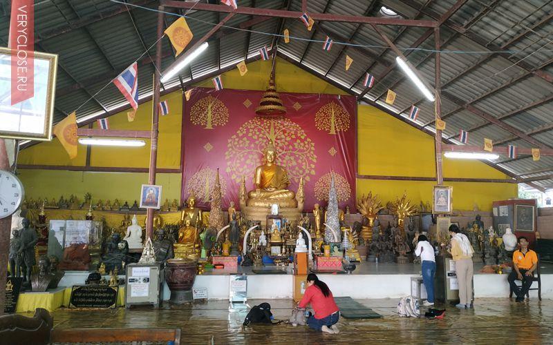 Если смотреть прямо на Будду то с левой стороны будет небольшая лестница которая ведет к основному храму. Там тоже можно приобрести сувениры (дешевле чем на верхней площадке).
