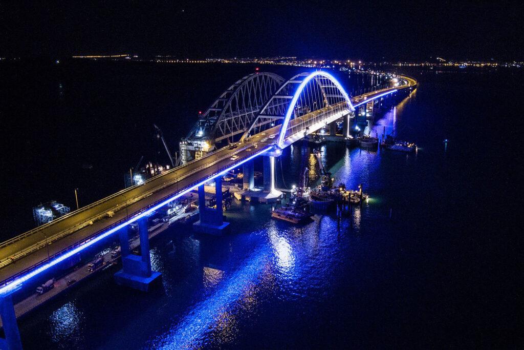 Про протяжение всего пути мост оборудован автоматическими метеостанциями, которые в режиме реального времени следят за погодой (температура, влажность, изморозь на дороге и т.д.)