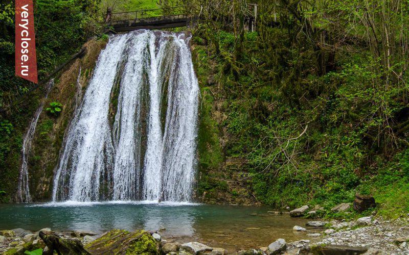 Ущелье трудно описать словами. Из тоненького ручейка таинственным образом берут начало 33 водопада. Да, их ровно столько - это не туристическая уловка