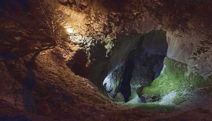 Бездонный колодец считается одним из самых труднодоступных мест, в нем хранятся природные жемчуга и 10-метровые сосульки на стенах