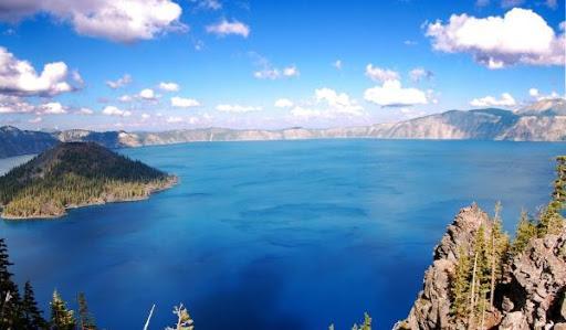 Оно расположено на северо-западе Канады, вблизи границы с Альбертой. Длина 500 км, ширина 50-225 км