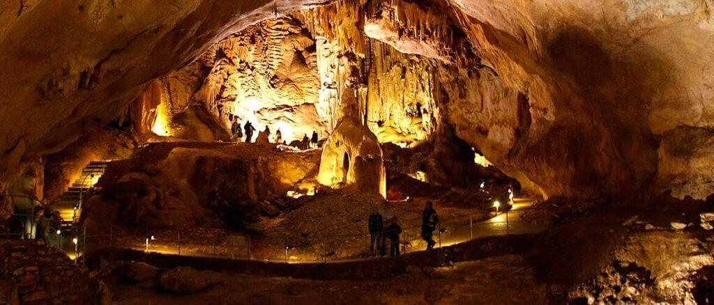 У Эмине-Баир-Коба 3 выхода, 2 из них похожи на ноздри. Древняя пещера была образована горной рекой. После нее сохранились вымытые полости. Обычные посетители запускаются не более чем на 70 м вглуб