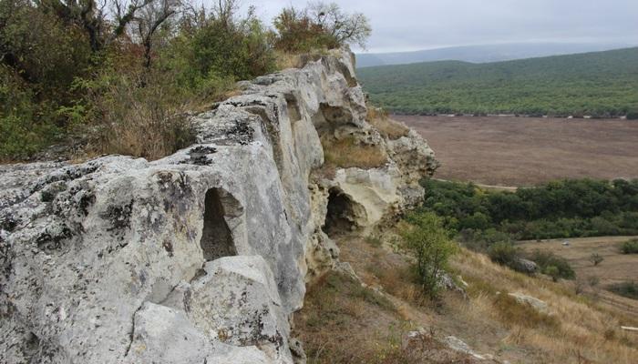 В прошлом веке в гроте Шайтан-Коба было найдено жилище древнего человека эпохи палеолита. Пещера небольшая, уходит в гору на 4 м., сужается к концу