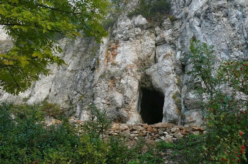 Это природный памятник Крыма. В нем проводились христианские богослужения
