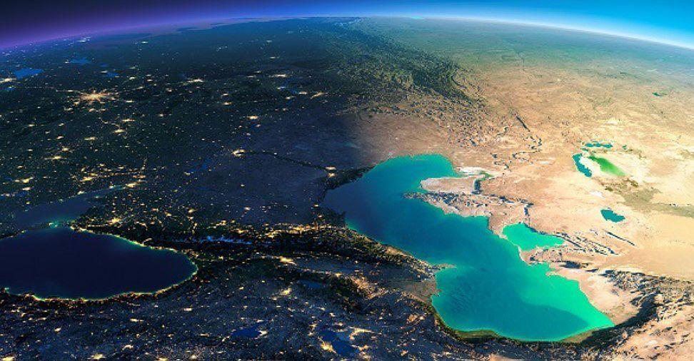 Площадь Каспийского моря доходит до 371 000 км2, уровень воды поднимается до 26, 75 м, а объем воды в нем 78648 км3.