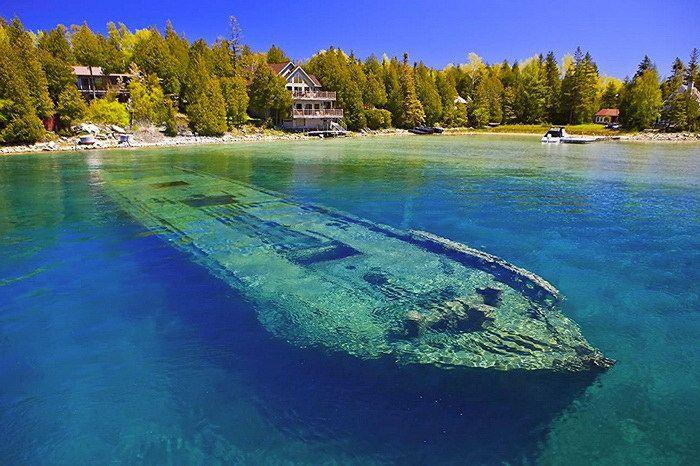 Площадь этого водоема почти 60 тыс. км2, длина более 330 км, а ширина почти 300 км