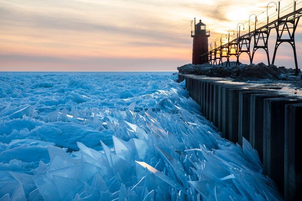 Мичиган располагается в США, его площадь равна 57750 км2, длина береговой линии более 2600 км