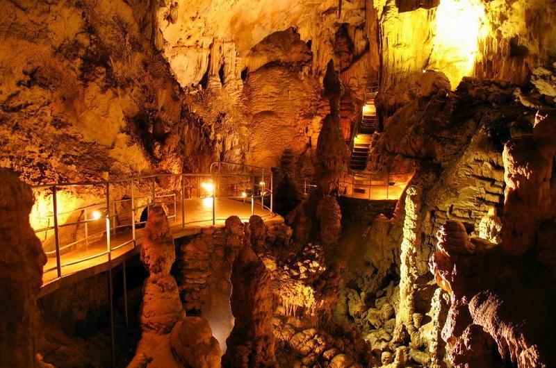 Скельская пещера – большая подземная полость, состоящая из 4-х ярусов. Высота залов – 25 м.