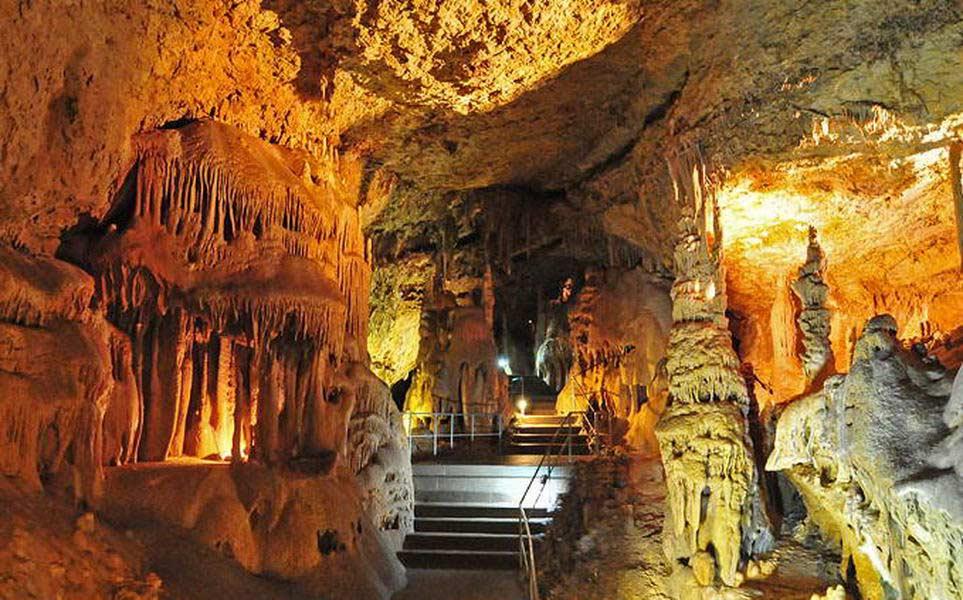 В Ялтинской пещере много полостей, не все из них исследованы. Внутри находится 2 зала, обычных туристов пускают только в главную галерею.