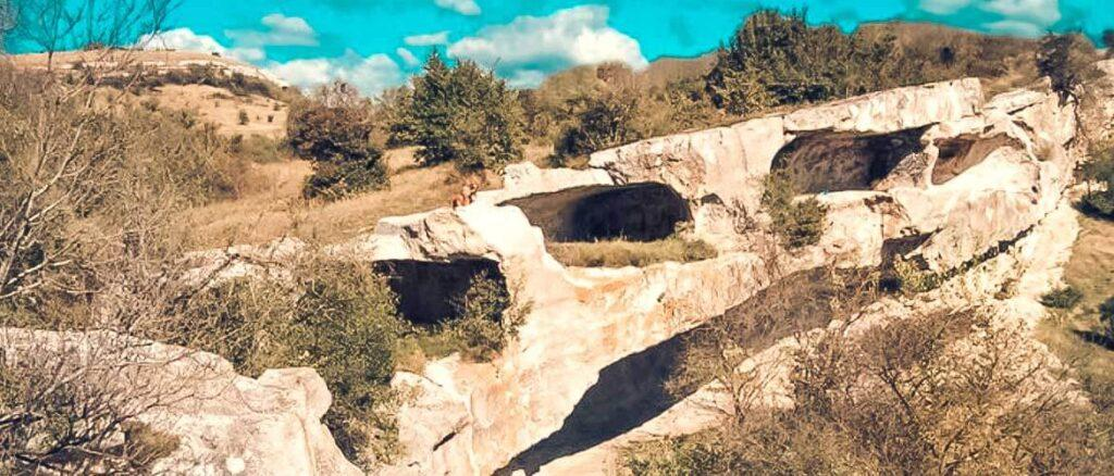 Не стоит бояться, змей в этом месте нет. Название появилось из-за того, что длинные извилистые и узкие ходы похожи на змеиные норы. В пещере 3 этажа