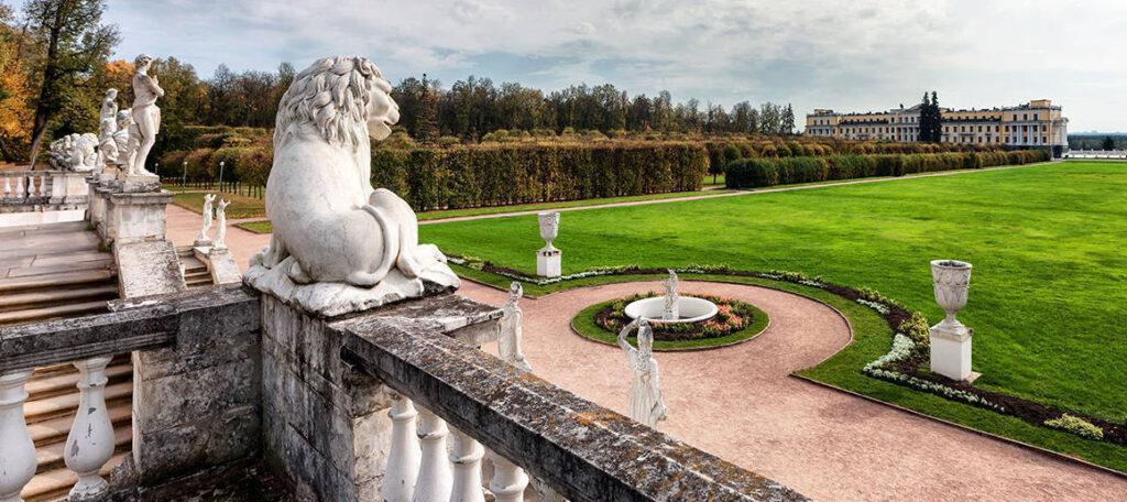 Дворец, построенный в стиле классицизма, благополучно пережил перипетии двух веков от нашествия Наполеона до революции и войн