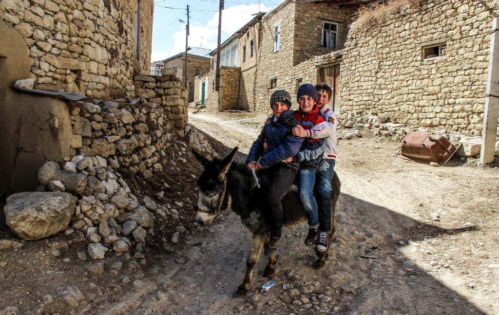 В этом селе, расположенном на высоте почти 1600 метров над уровнем моря, находится центр народного творчества. Здесь изготавливают традиционную дагестанскую керамику: разнообразные кружки, миски, кувшины, детские игрушки