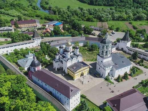 В город, названный благодаря растущим вокруг соснам, можно добраться с пересадками от Киевского вокзала до Балабаново и далее на автобусе №101.