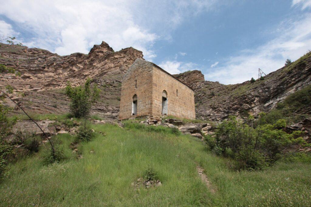 В ущелье Хатан-бугеб-ккал в конце X-начале XI веков была возведена грузинская православная церковь. По непонятной причине она была заброшена