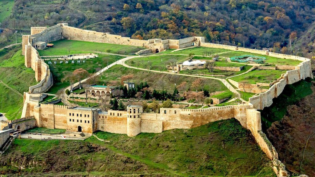 Город расположен в 130 км от Махачкалы. Первое упоминание о месте, звавшемся «Каспийскими воротами», относится к VI веку до н.э