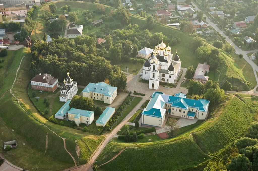 От Савеловского вокзала за 1 час 20 минут электричка доставит в старинный город Дмитров, основанный Юрием Долгоруким