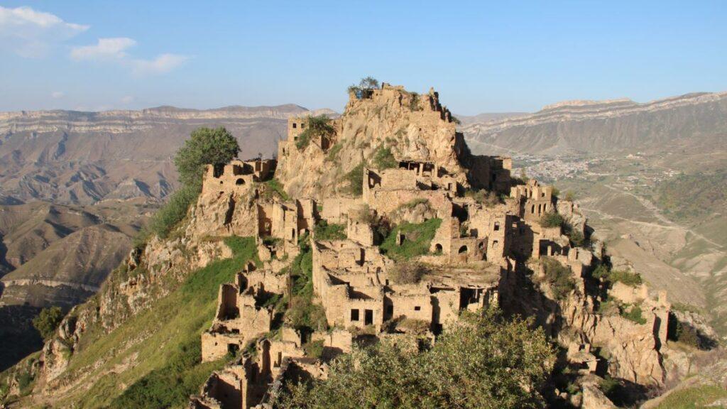 Есть в Дагестане и село, где нет жителей. Его название переводится как «у подножия ханской крепости». Оно расположено высоко в горах, на высоте около 1500 метров над уровнем моря.