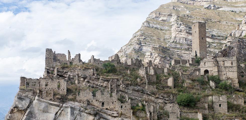 Эти два заброшенных аула когда-то были полны жизни. От древнего Гоора остались полутора- и двухэтажные дома с оригинальной архитектурой